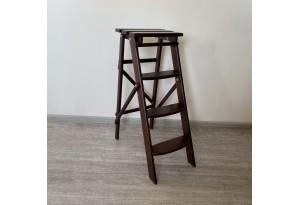 Лестница из массива дерева, цвет темный орех
